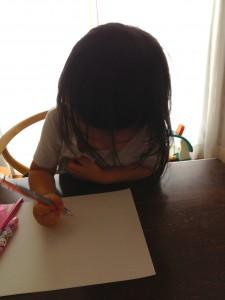 一心不乱にお母さんの絵を描くロッカ画伯