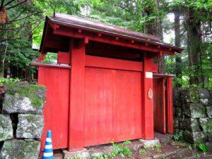 赤門が美しい、日光の別荘・工房